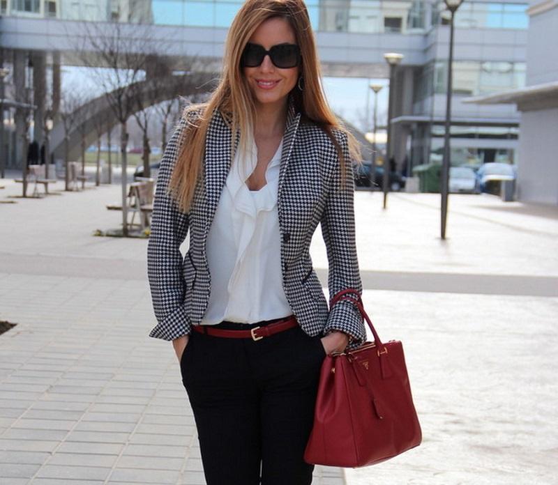 мода 2019-2020 года фото в женской одежде: пиджак в клетку черный с белым под брюки