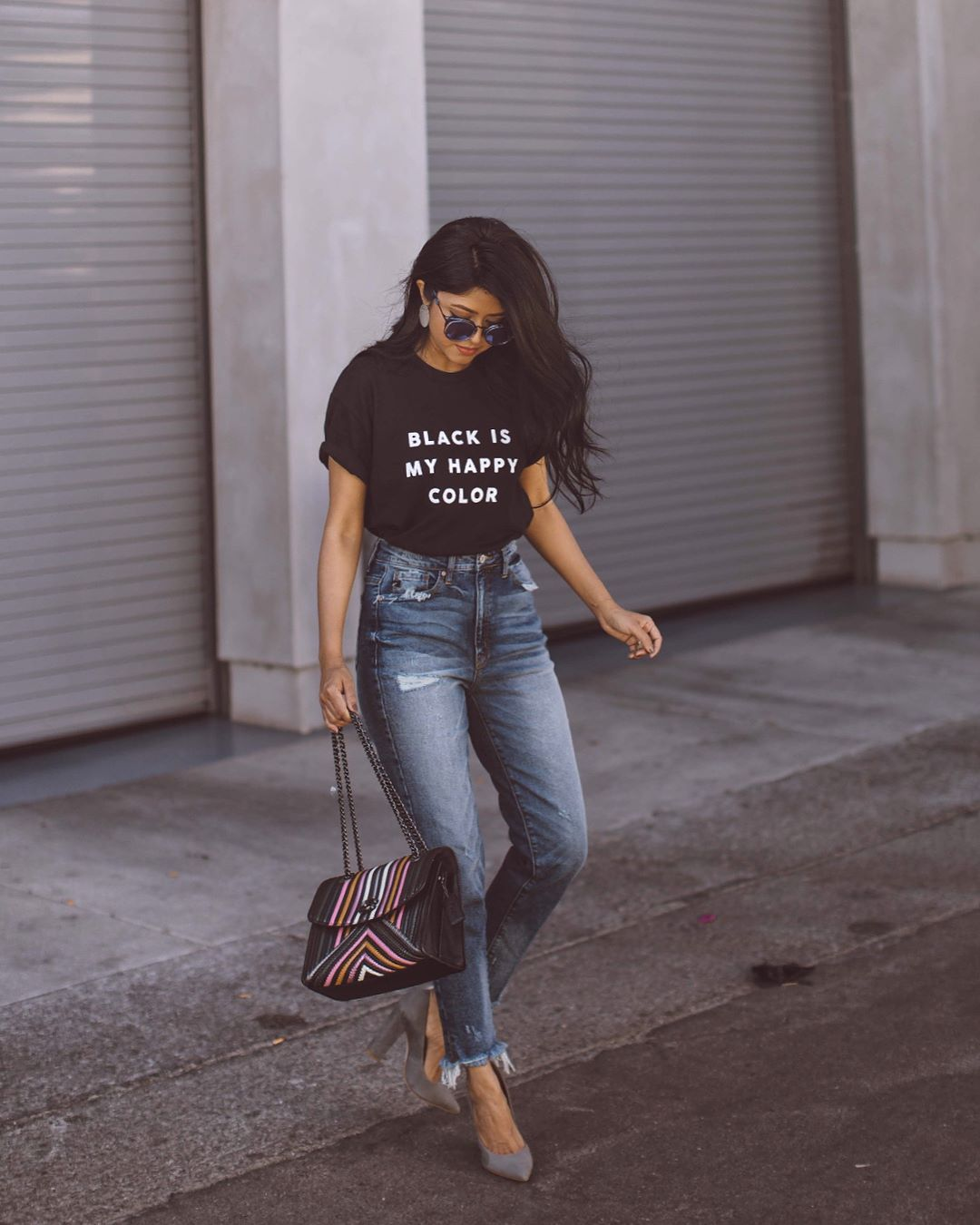 мода 2019-2020 года фото в женской одежде: футболка черная с белой надписью