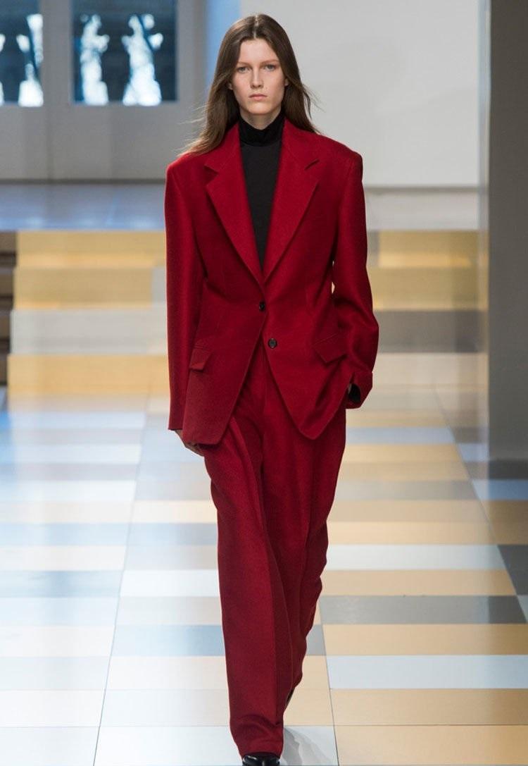 мода 2019-2020 года фото в женской одежде: красный брючный костюм