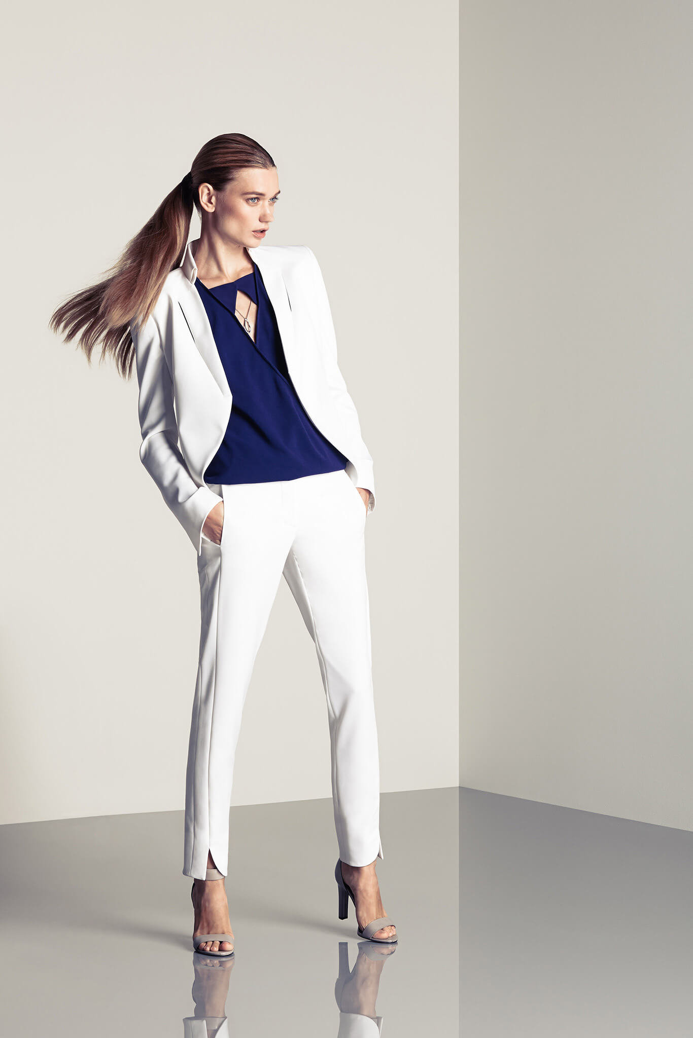 мода 2019-2020 года фото в женской одежде: белый брючный костюм классический