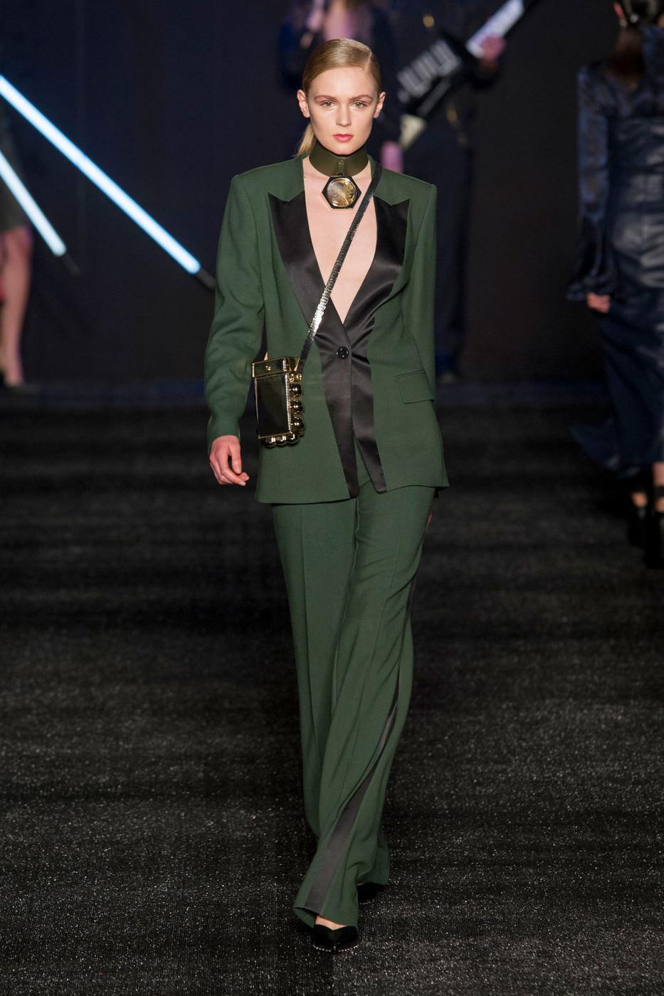 мода 2019-2020 года фото в женской одежде: зеленый брючный костюм