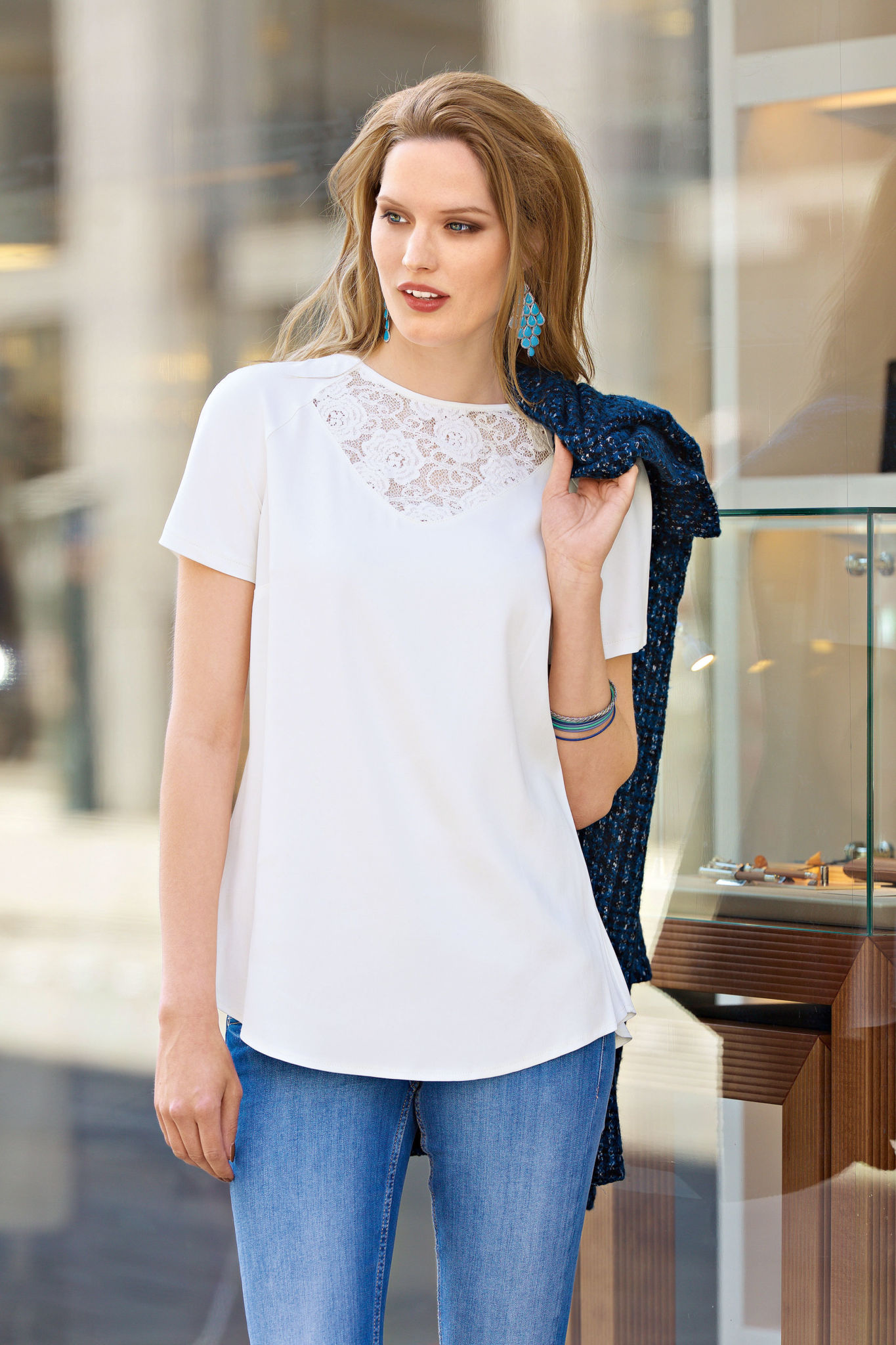 мода весна лето 2018 для женщин за 30: белая блузка с коротким рукавом
