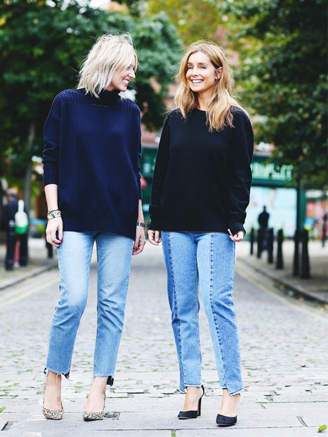мода весна лето 2018 для женщин после 30: короткие голубые джинсы под свободные темные свитера