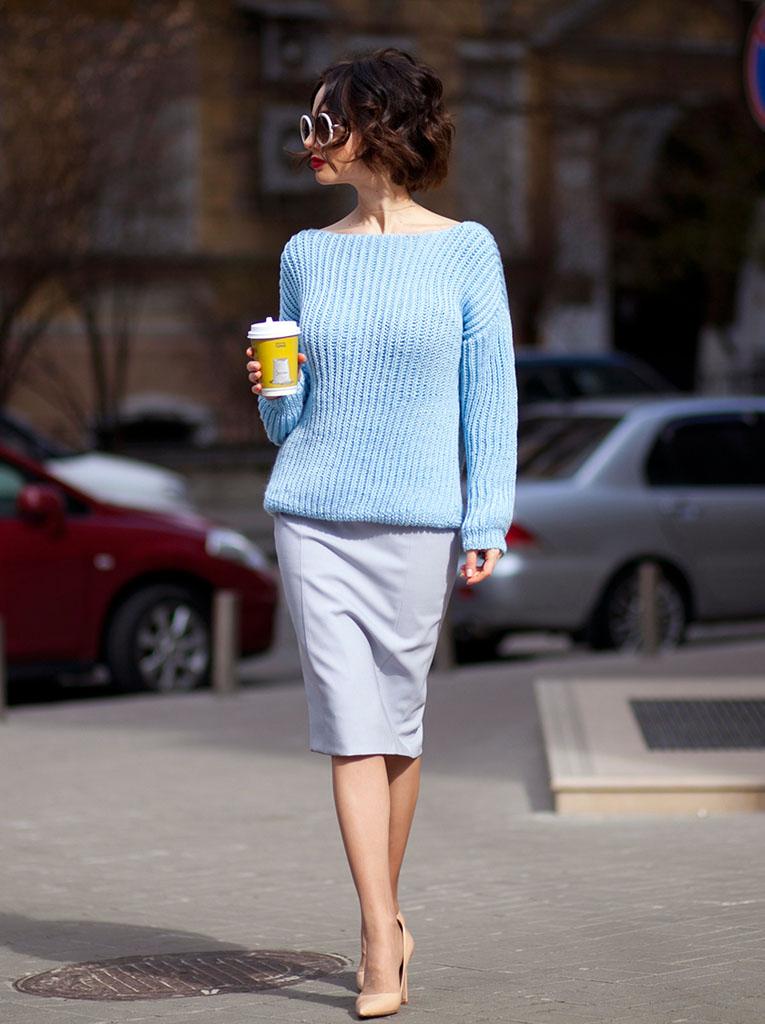 мода весна лето 2018 для женщин после 30: серая юбка карандаш под голубую кофту