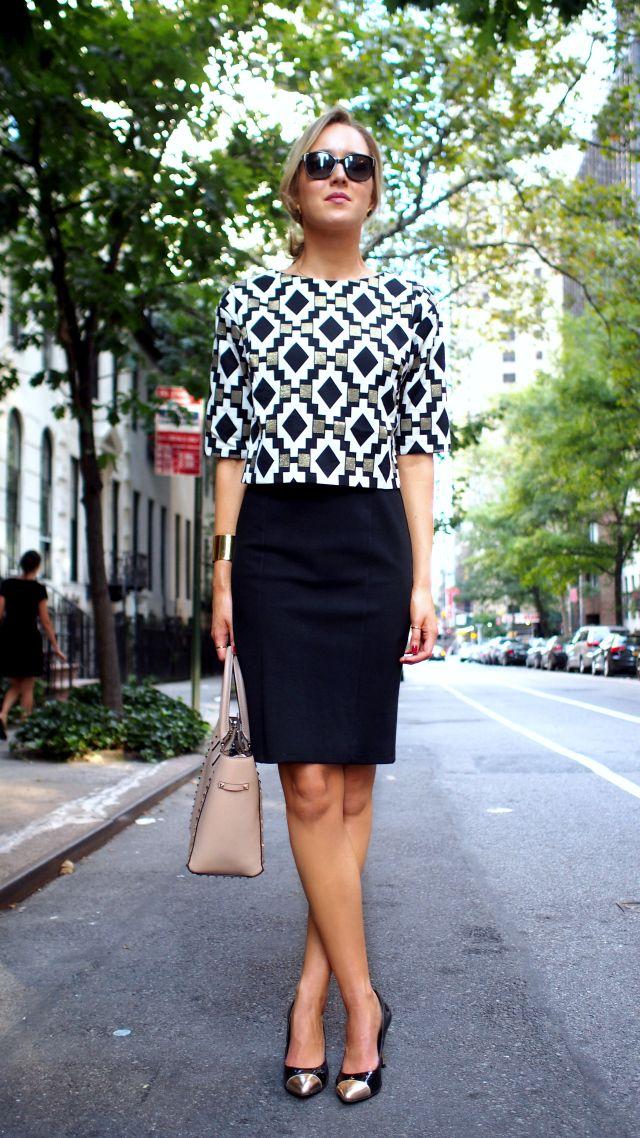 мода весна лето 2018 для женщин после 30: черная прямая юбка под блузку в геометрический принт