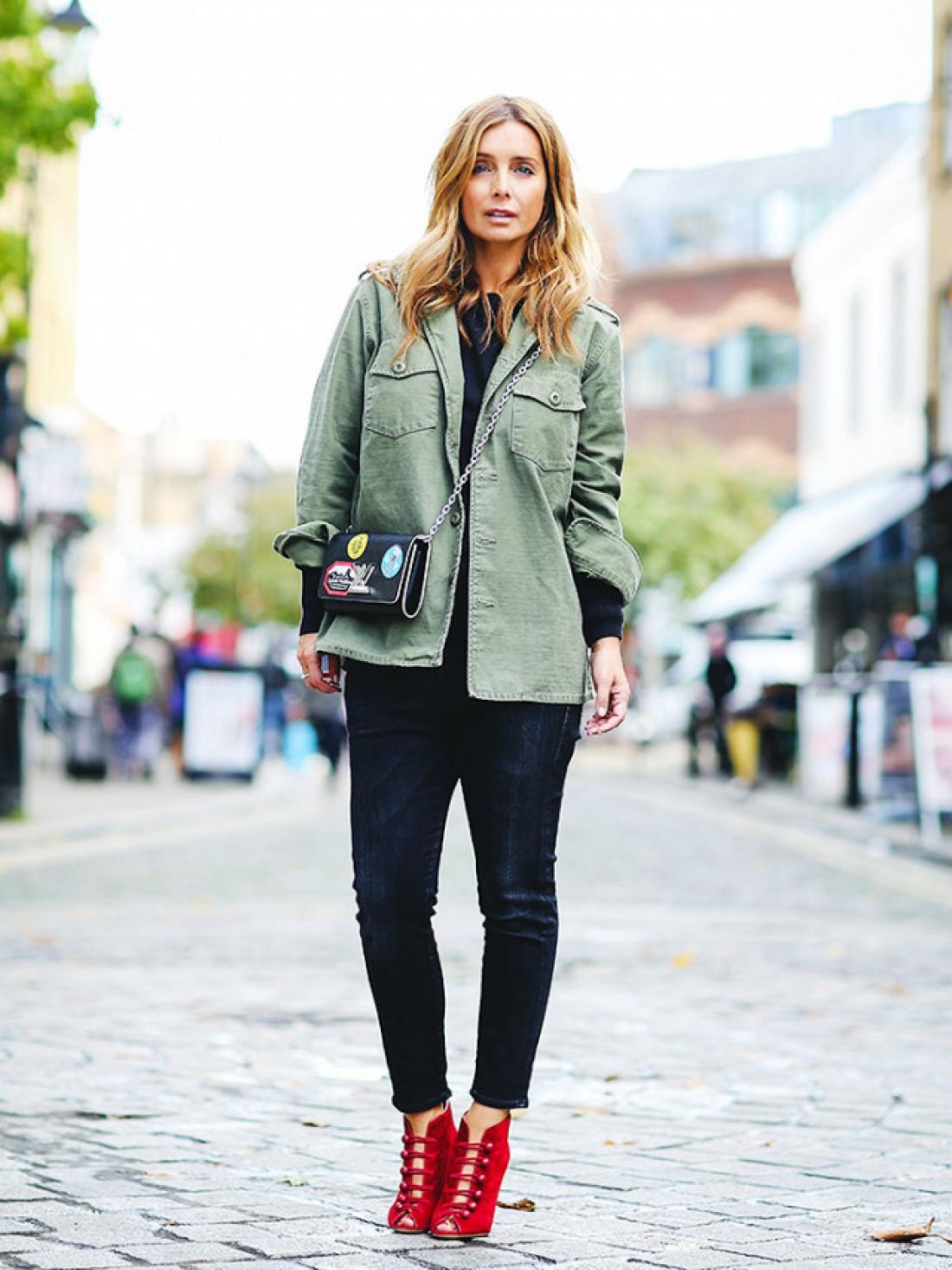 мода весна лето 2018 для женщин после 30: темные джинсы короткие под рубашку зеленую