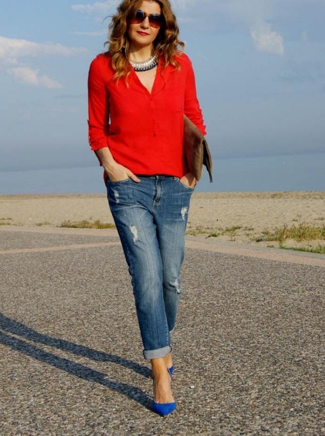 мода весна лето 2018 для женщин после 30: джинсы синие короткие под красную блузку
