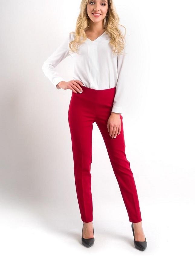 мода весна лето 2018 для женщин за 30: красные прямые брюки под белую блузку