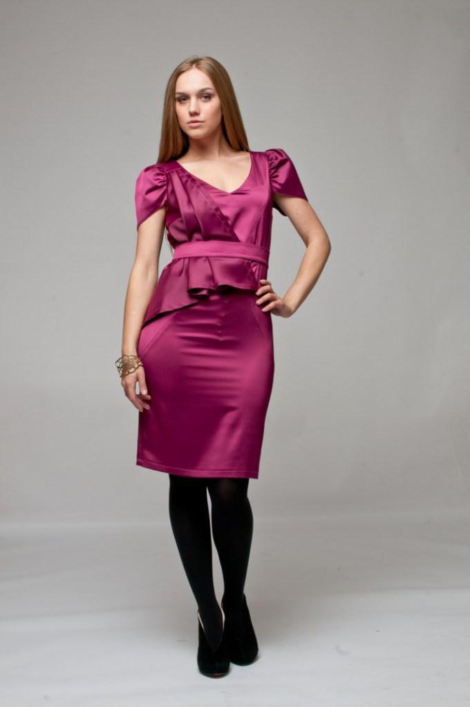 мода весна лето 2018 для женщин после 30: бордовое платье атласное с коротким рукавом