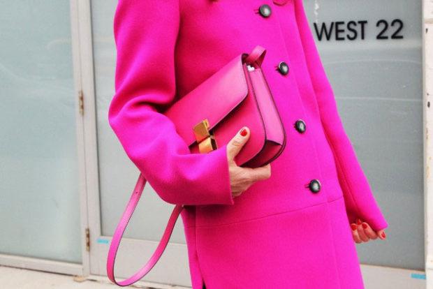 мода весна лето 2018 для женщин после 30: ярко розовое пальто сумочка в тон