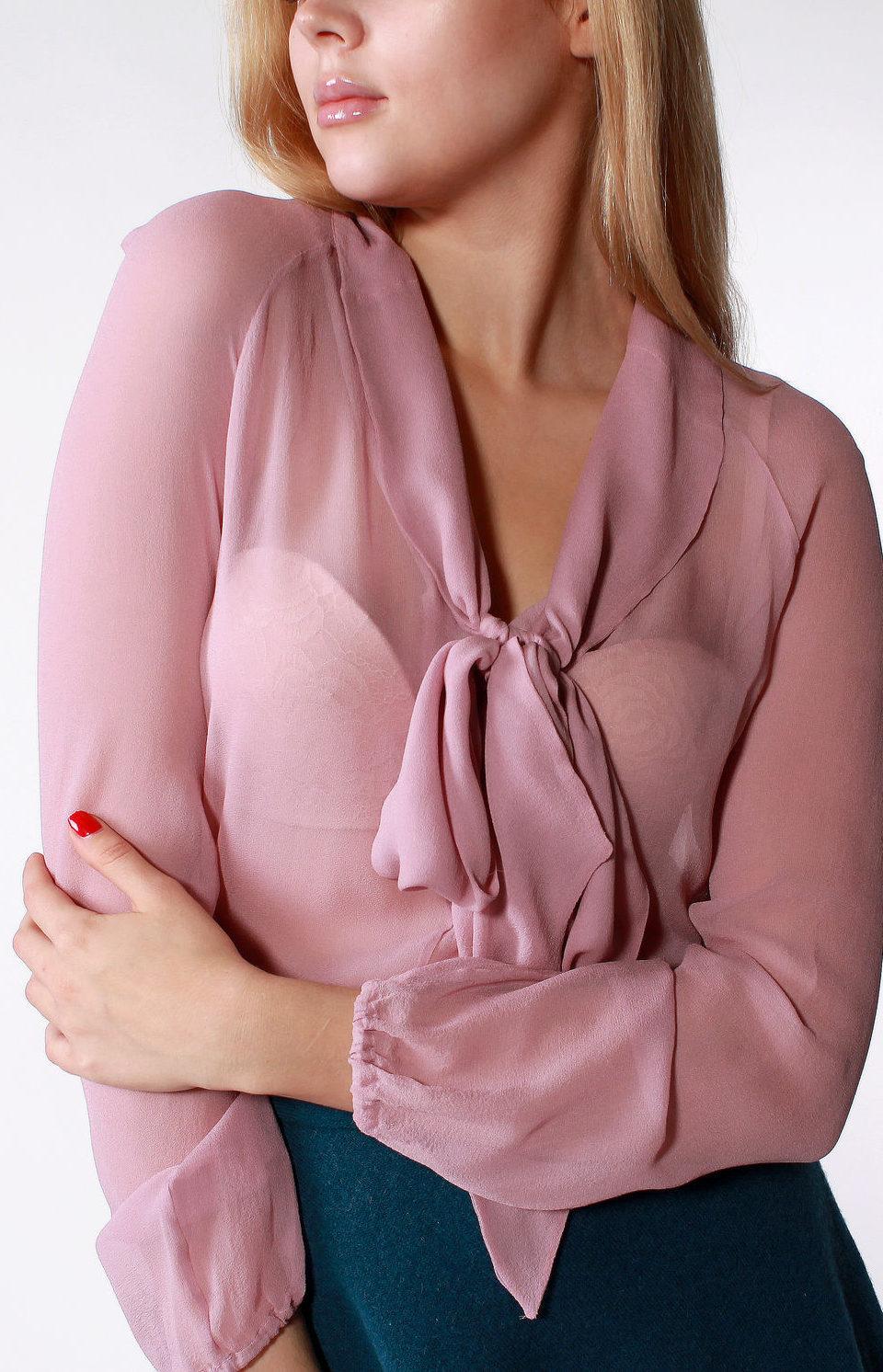 мода весна лето 2018 для женщин после 30: розовая блузка с бантом