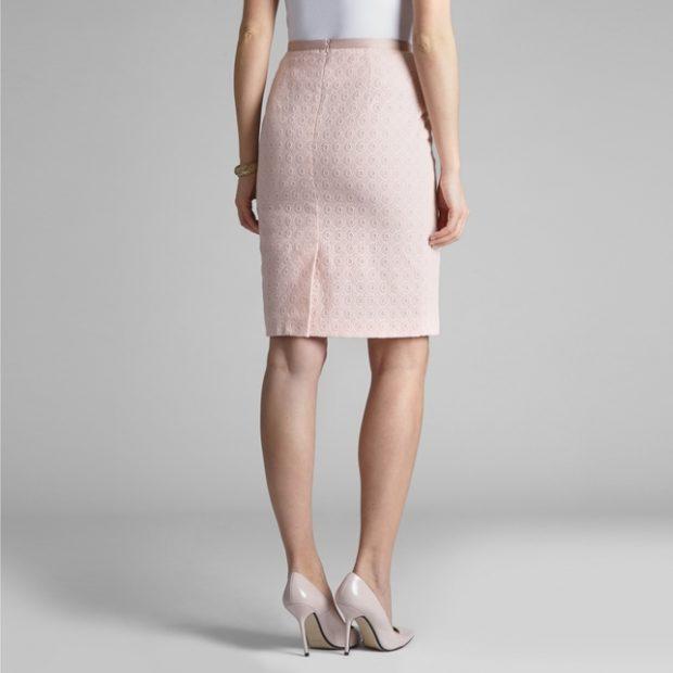 мода весна лето 2018 для женщин после 30: юбка карандаш бледно розовая