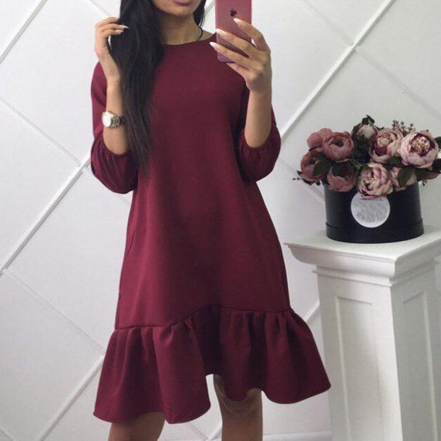мода весна лето 2018 для женщин 30 лет: бордовое платье с рюшами