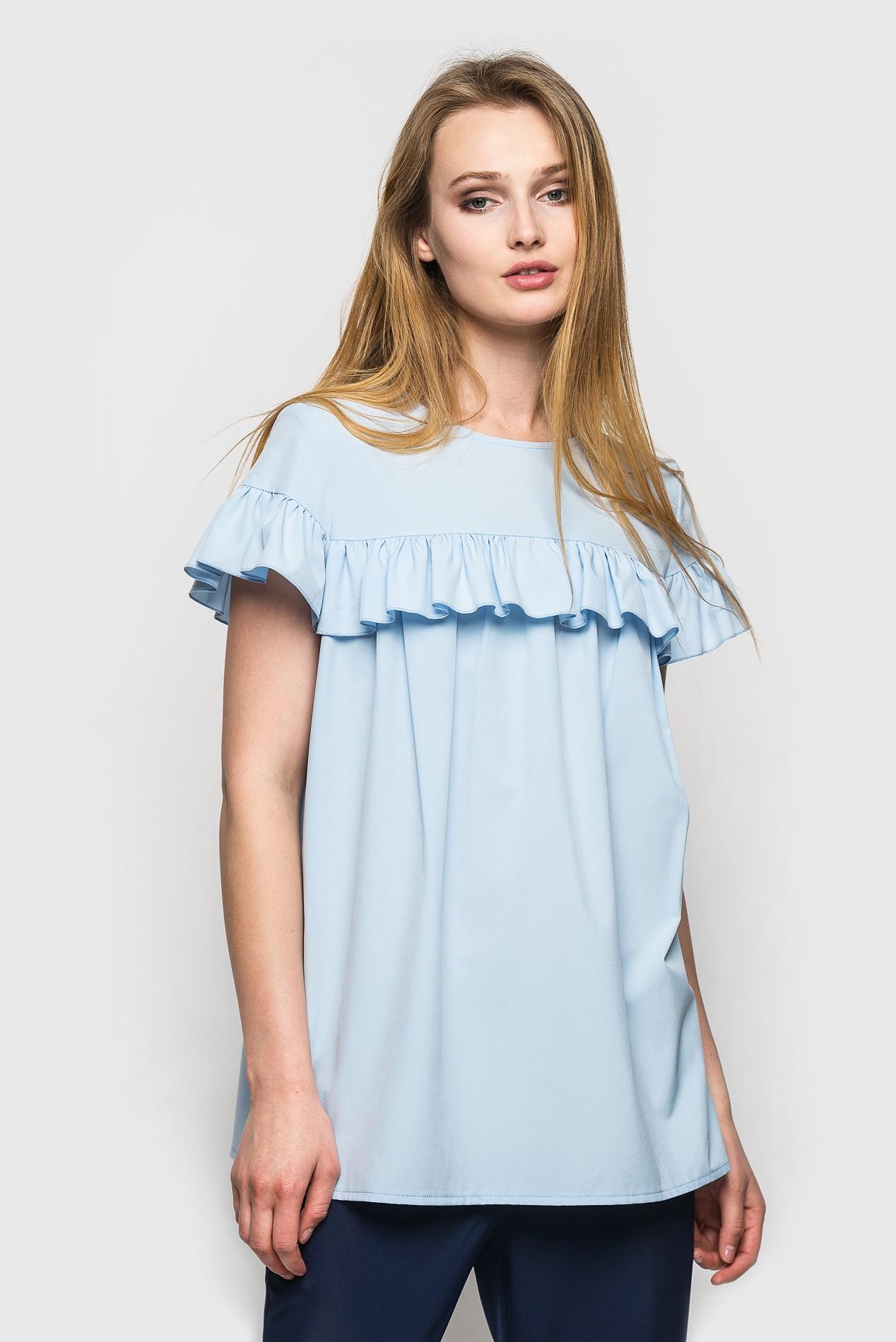 мода весна лето 2018 для женщин 30 лет: голубая блузка с рюшами