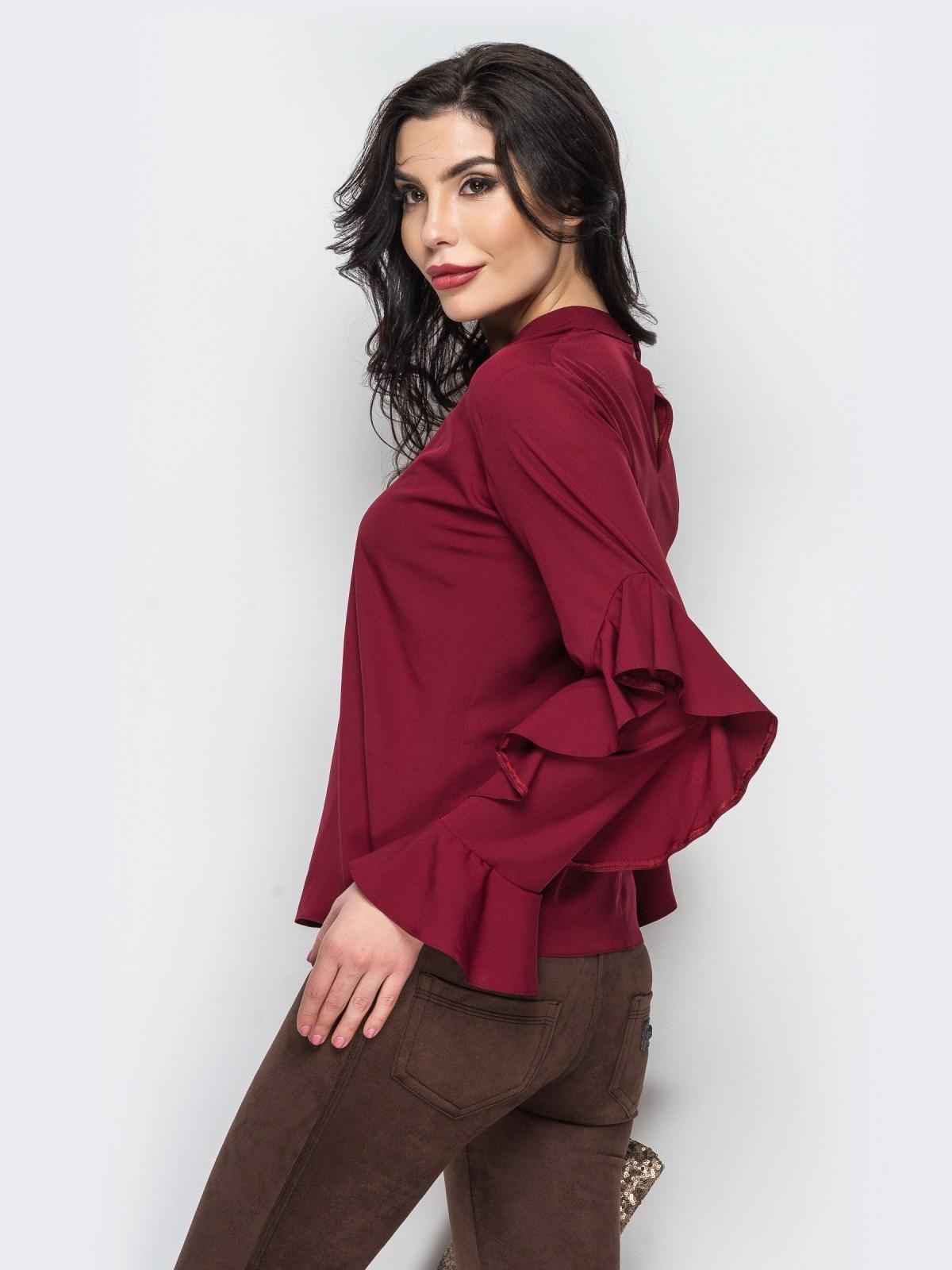мода весна лето 2018 для женщин 30 лет: бордовая блузка рукав с рюшами