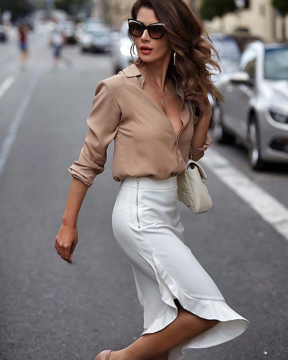 мода весна лето 2018 для женщин за 30: белая юбка по колено под бежевую блузку