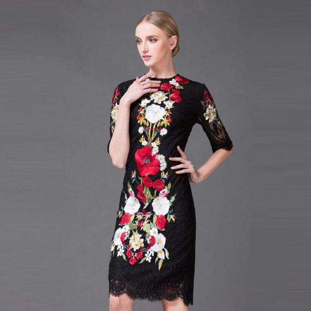 мода весна лето 2018 для женщин 30 лет: черное платье в яркие цветы