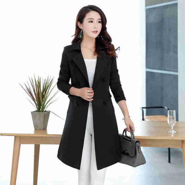 мода весна лето 2018 для женщин 30 лет: пальто черное под белые штаны