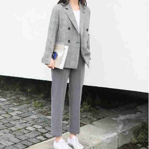 мода весна лето 2018 для женщин 30 лет: серые брюки короткие под жакет в тон