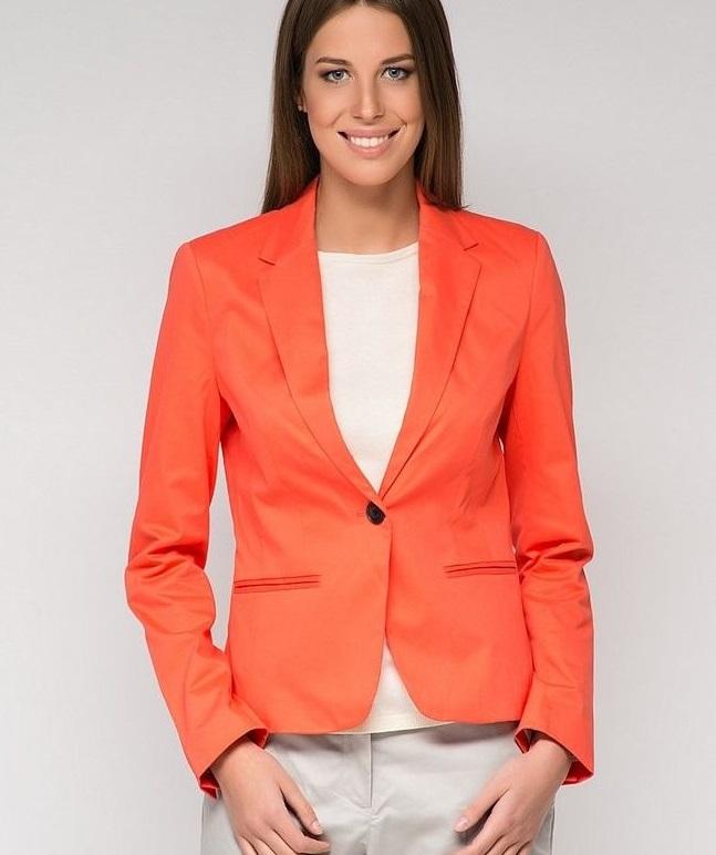 мода весна лето 2018 для женщин за 30: оранжевый пиджак под светлые брюки
