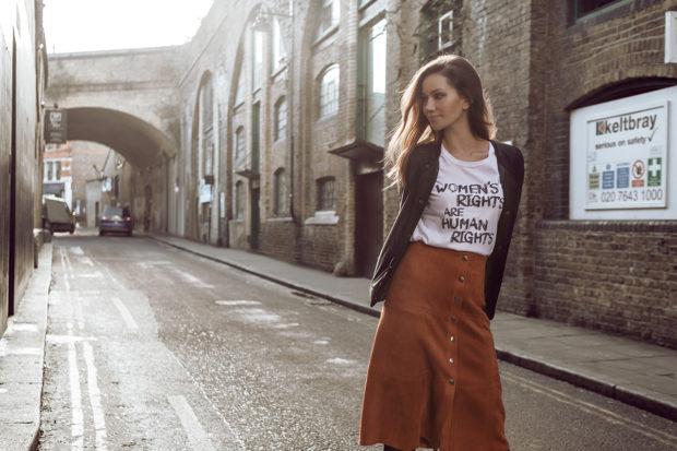 мода весна лето 2018 для женщин 30 лет: коричневая юбка по колено под рубашку темную и белую футболку