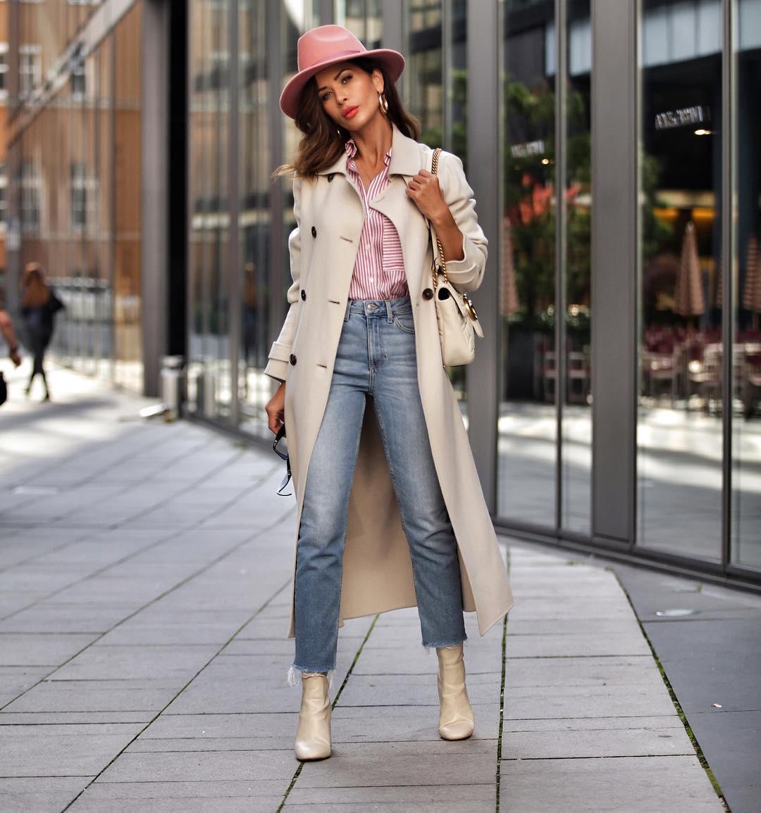 мода весна лето 2018 для женщин за 30: синие потертые джинсы под пальто миди шляпку с полями