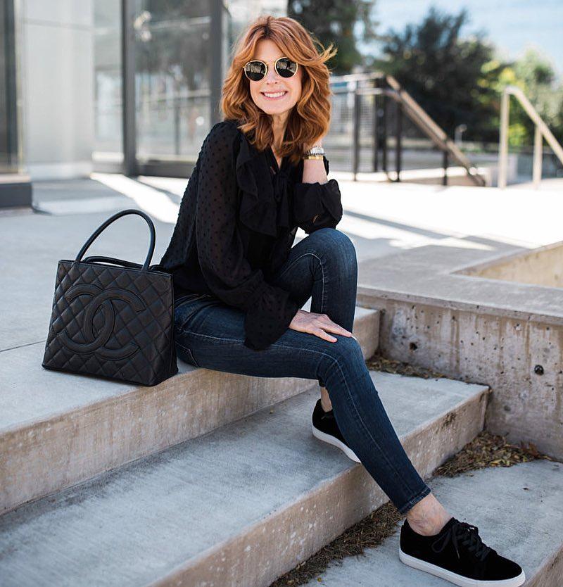 мода весна лето 2018 для женщин 30 лет: черная блузка синие джинсы