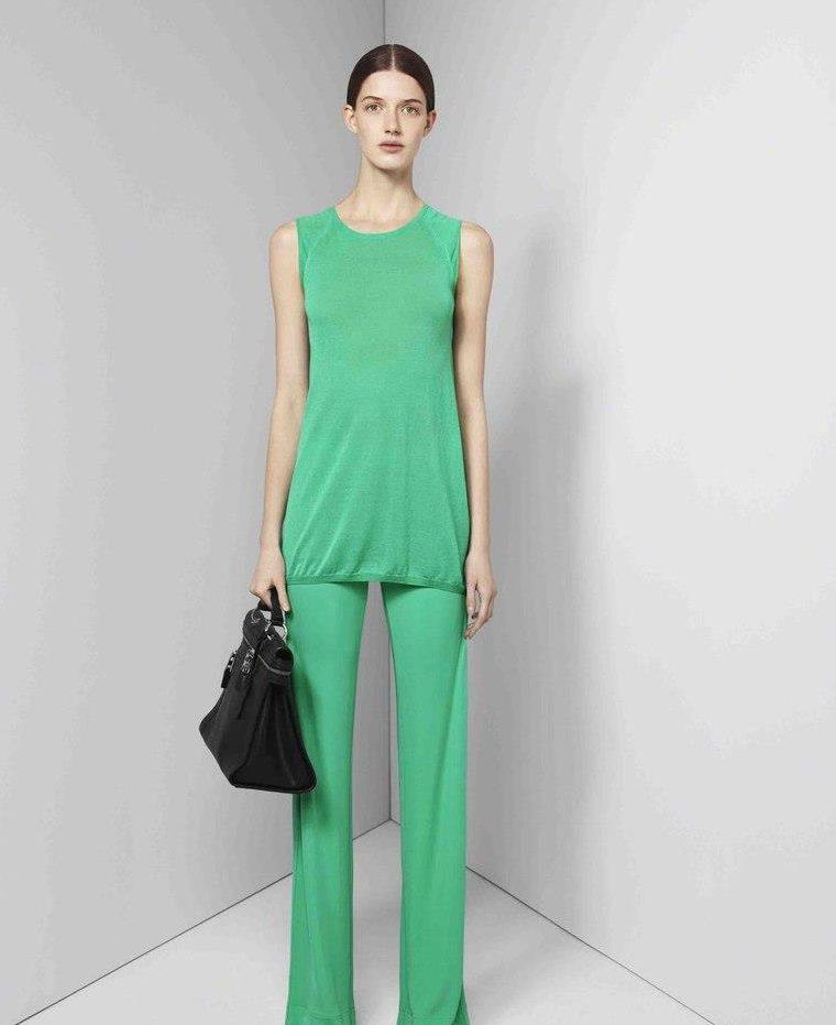 мода весна лето 2018 для женщин за 30: зеленые штаны блузка без рукава