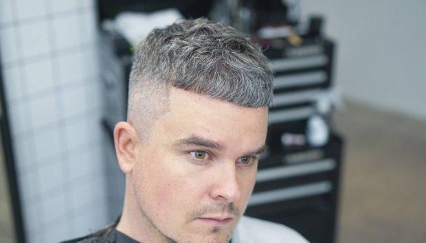 модные мужские стрижки 2018 2019: цезарь на среднюю длину волос с выбритыми висками