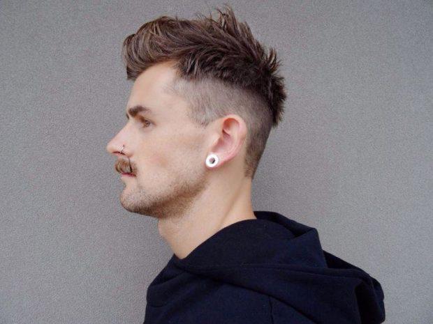 модные стрижки 2019-2020 мужские: гранж макушка поднята виски выбриты