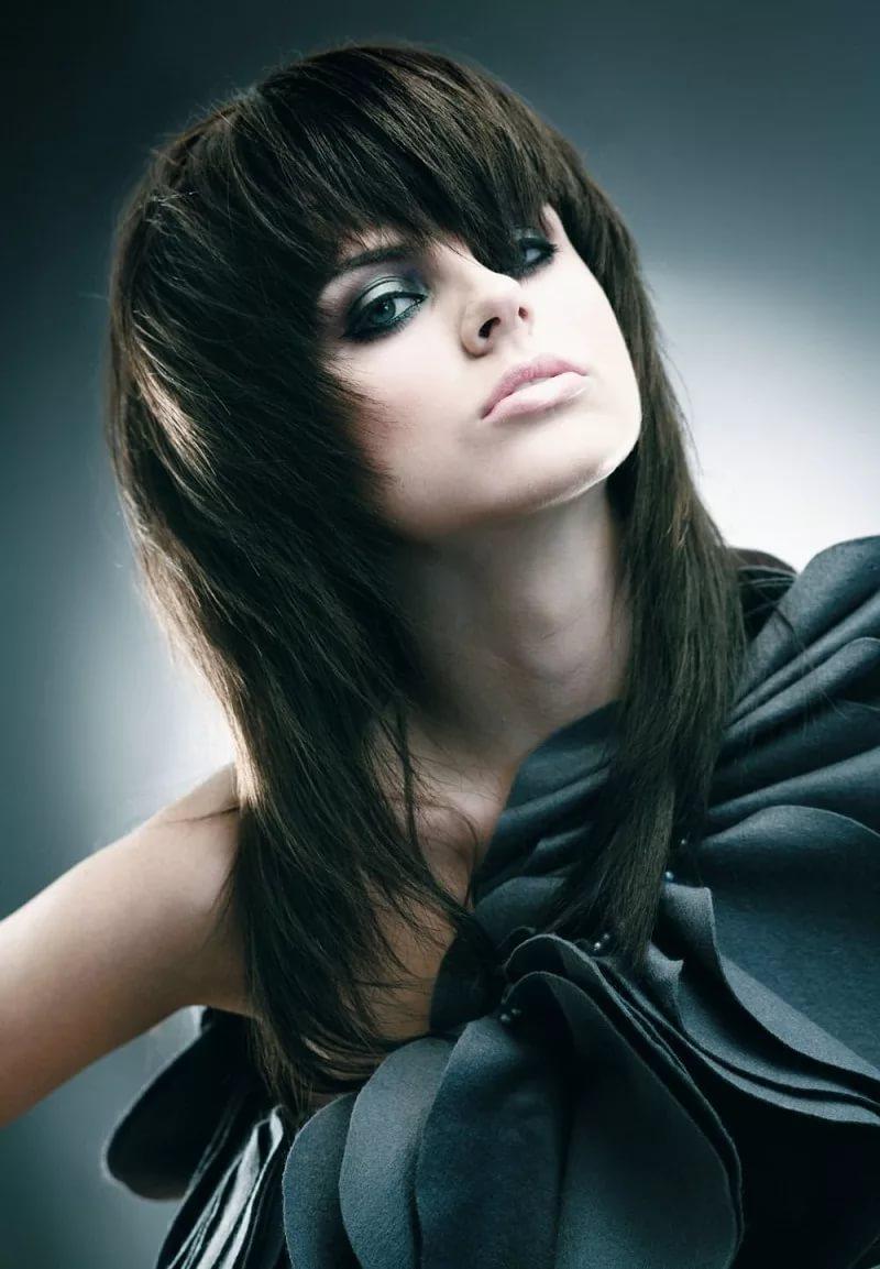 модные стрижки: рапсодия на длинные волосы с ровной челкой